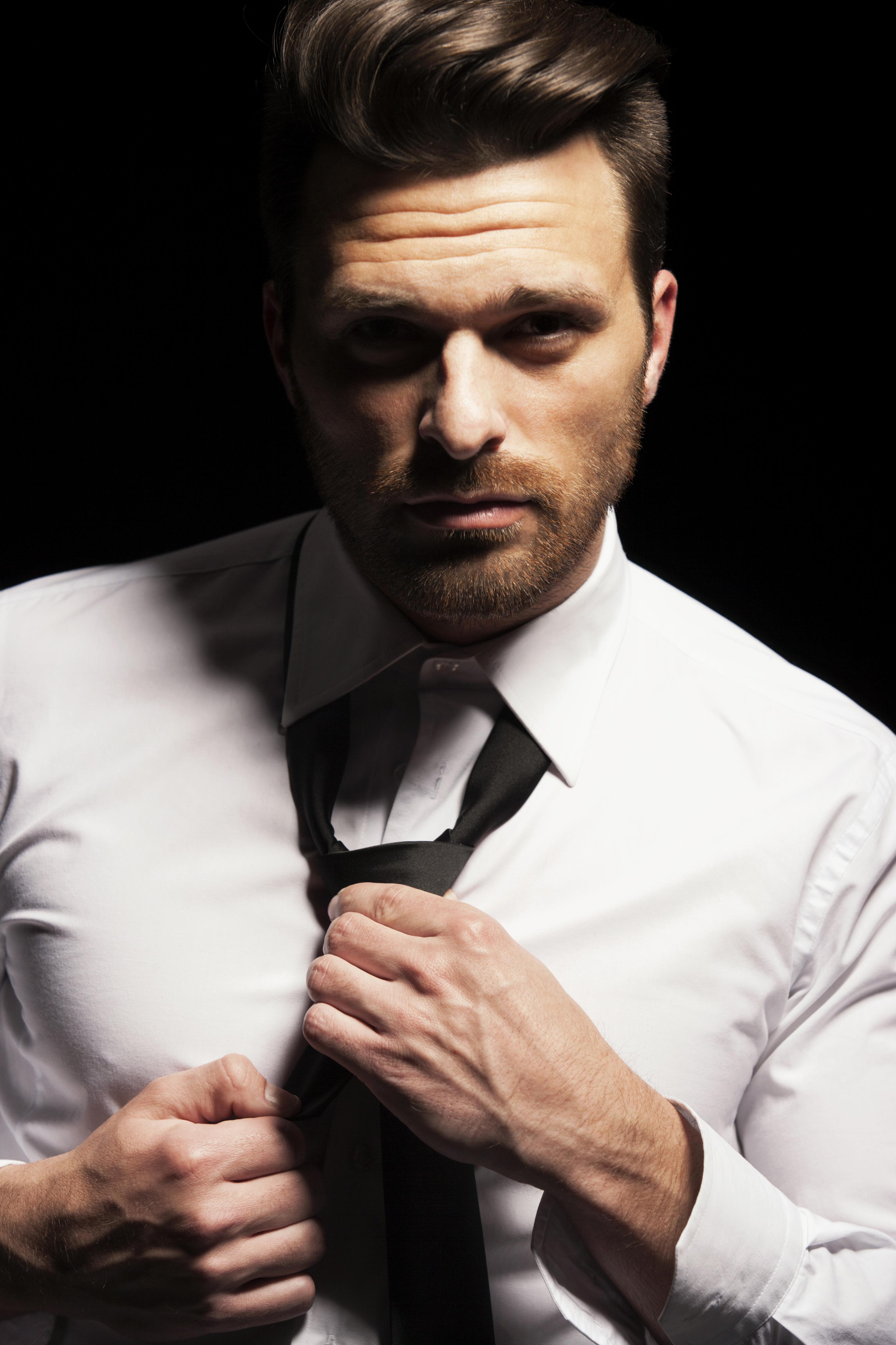 Koszula – kiedy ubrać białą, a kiedy brązową?