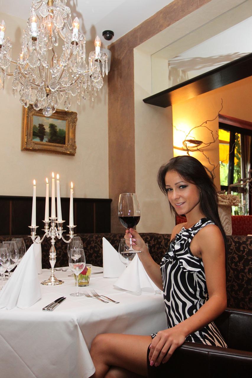 Jak się ubrać na wieczorną kolację w restauracji?